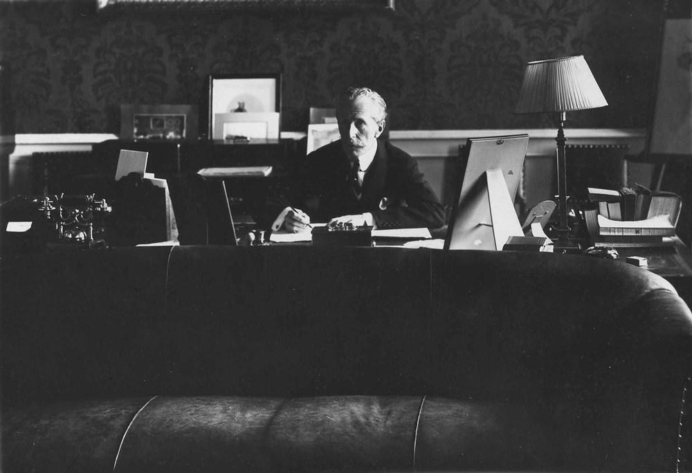 Британский посол Джордж Бьюкенен в рабочем кабинете