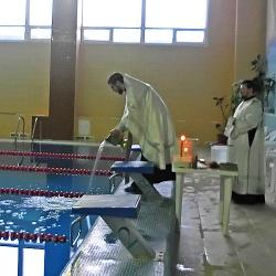 В православный праздник Крещения батюшки освятили воду в спортивном бассейне