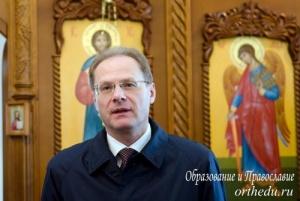 Губернатор поблагодарил строителей и благоукрасителей нового храма.