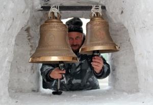 В Новосибирске появилась снежная звонница