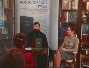 Более тысячи оригинальных акафистов на церковнославянском и русском языках употребляются в Русской Церкви