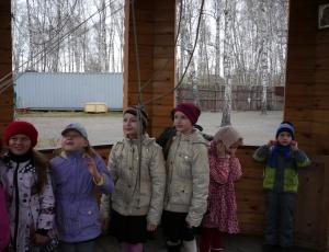 Школьники звонят в колокола
