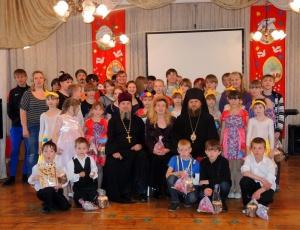 Епископ Филипп поздравил детей детских домов №12 и №11 с праздником Пасхи (Видео)
