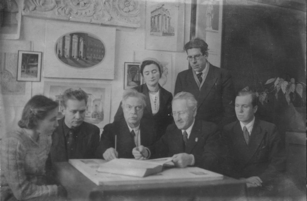 А.Д. Крячков с другими архитекторами Сибстрина за обсужденим проекта, вторая половина 1940-х гг.