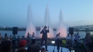 Плавучий фонтан будет «подыгрывать» солисту Оперного театра Карену Мовсесяну во время исполнения детских песен в честь 70-летия Зоопарка на историческом шоу на набережной 29 июня